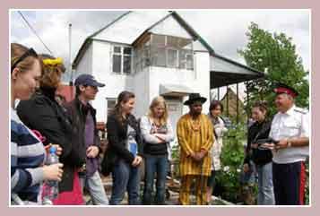 Фермер Брежнев в окружении туристов
