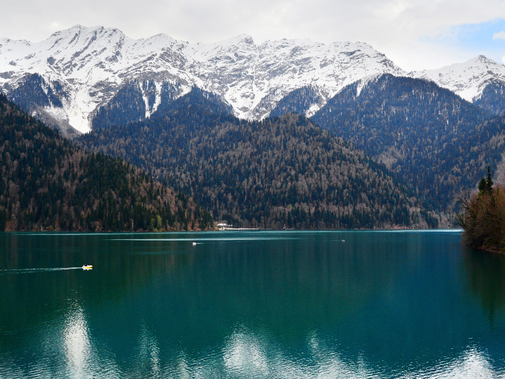 """фото по запросу """"Озеро Рица, Абзахия: как добраться, достопримечательности, где жить"""""""