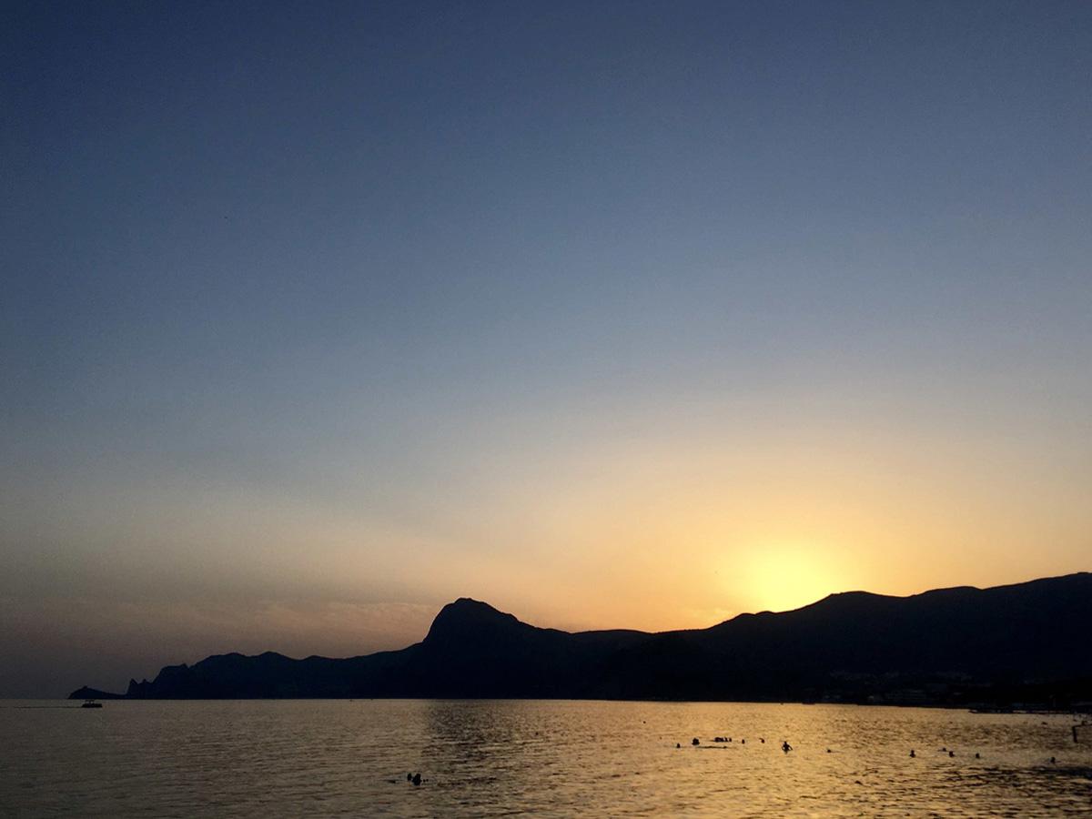 вид на Судак и Судакскую бухту со стороны горы и мыса Алчак